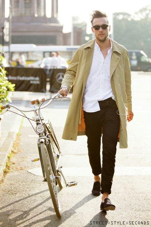 「ステンカラーコート+白シャツ+黒ボトム」スタイル