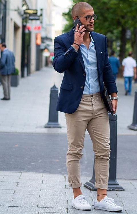 テーラードジャケット+チノパン+白スニーカー